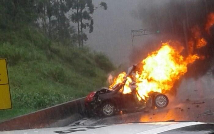 Carro pega fogo e duas pessoas morrem na BR-101, em SC