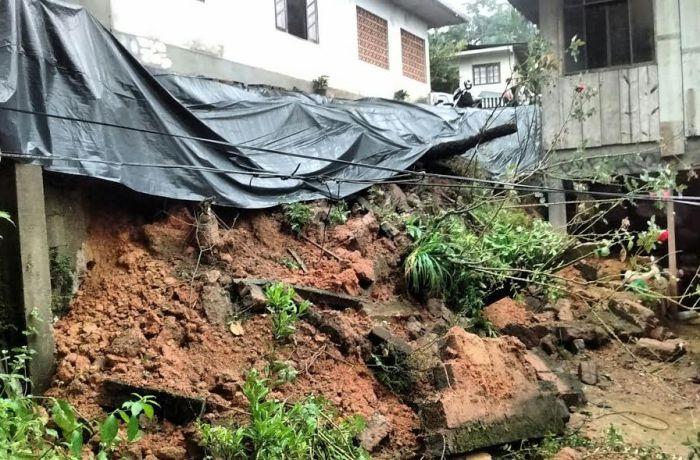 Defesa Civil atende ocorrência deslizamento com queda de muro em Corupá