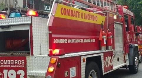 Bombeiros de Jaraguá atendem princípio de incêndio em empresa no Czerniewicz