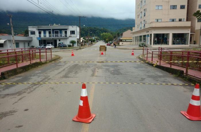 Ponte é interditada no bairro Santo Antônio, em Jaraguá do Sul