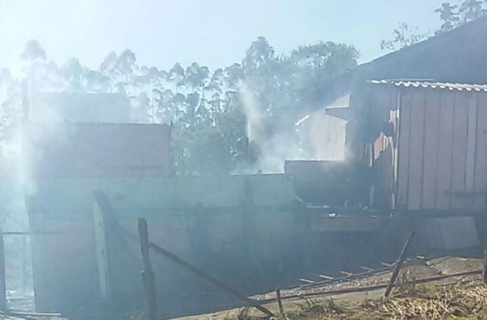 Casa é completamente destruída em incêndio no Rio da Luz