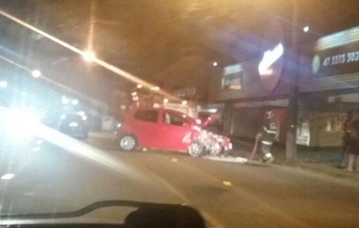 Carro bate em poste no Jaraguá Esquerdo