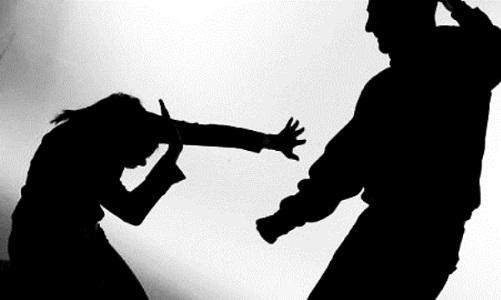 Mulher de 62 anos leva garrafada e é arrastada para fora de casa pelo filho