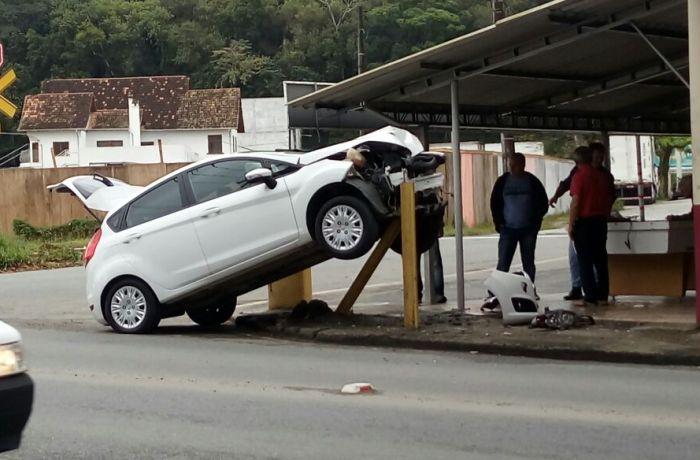 Carro perde controle e bate em proteção de bar em Jaraguá do Sul