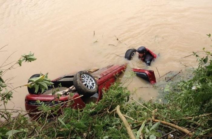 Palio saiu da pista e caiu no rio Itajaí-açú (Foto: Eduardo Cristófoli/NSC TV)