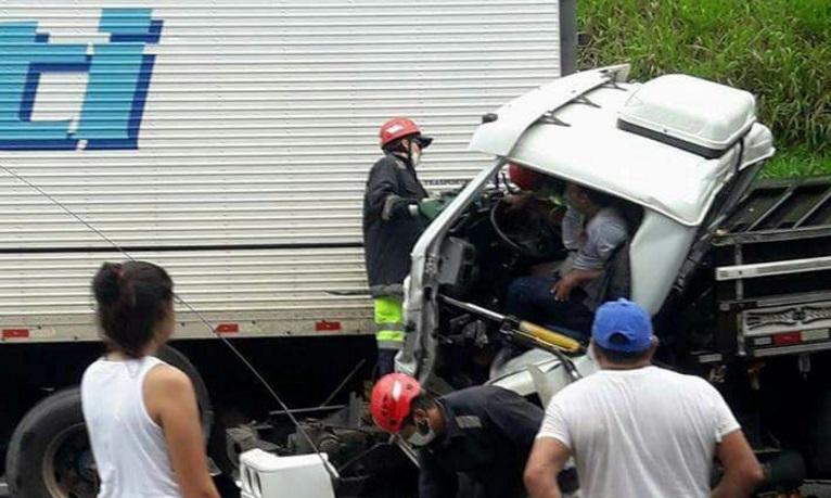 Caminhoneiro foi resgatado após colidir  atras de outro caminhão na BR 101, em Joinville. l Foto: Divulgação/ Redes Sociais