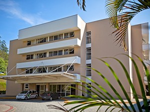 Vítima de acidente de moto está internada na UTI do Hospital São José