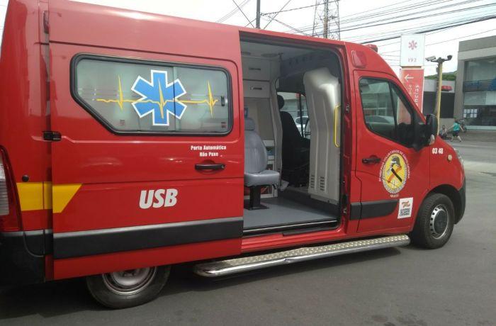 Colisão entre carro e poste é registrada no bairro Santo Antonio