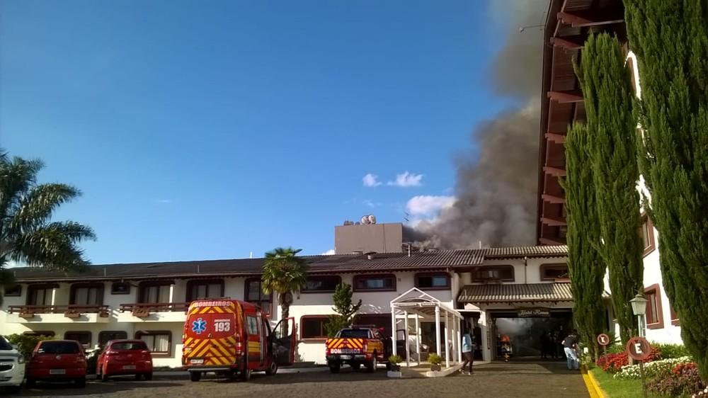 Incêndio atinge hotel em Fraiburgo na noite desta terça-feira (6) (Foto: Rádio Fraiburgo/Divulgação)