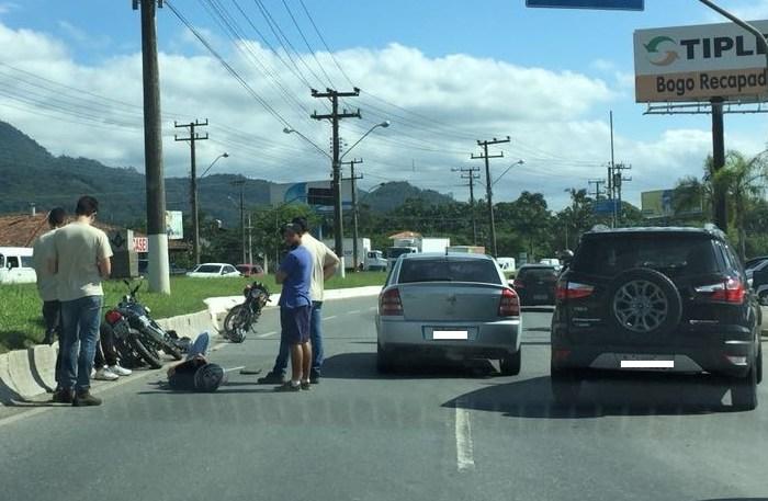 Duas motos e um carro bateram nesta tarde l Foto: WhatsApp/Divulgação