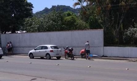 Carro e moto bateram na rua Manoel Francisco da Costa l Foto: Redes Sociais/RBN