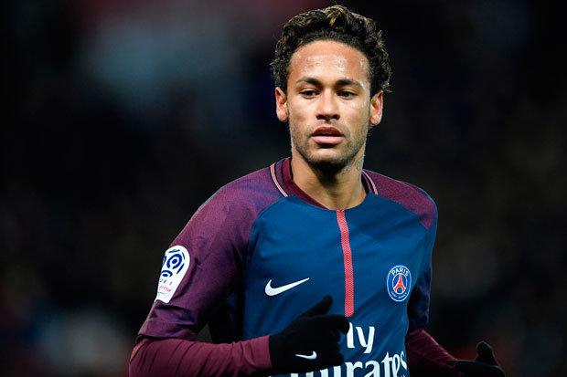 Neymar chega ao Brasil e passará por cirurgia no próximo sábado