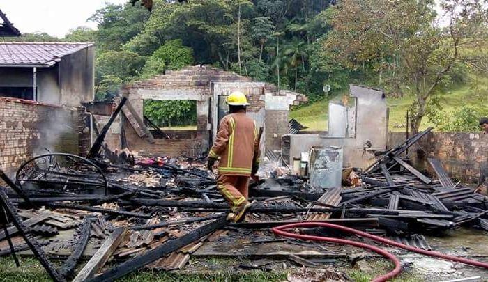 Família que perdeu tudo em incêndio precisa de ajuda