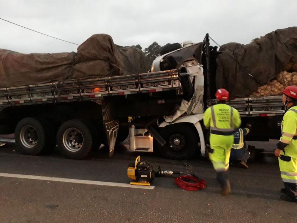 Três caminhões bateram no quilômetro 71,6 da BR-101 l Foto: WhatsApp/Divulgação