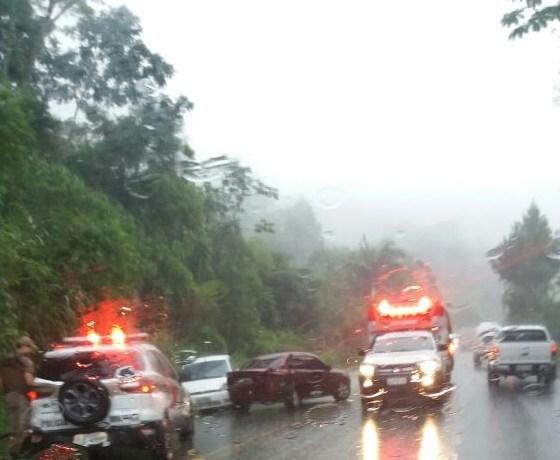 Dois carros batem na serra entre Pomerode e Jaraguá do Sul