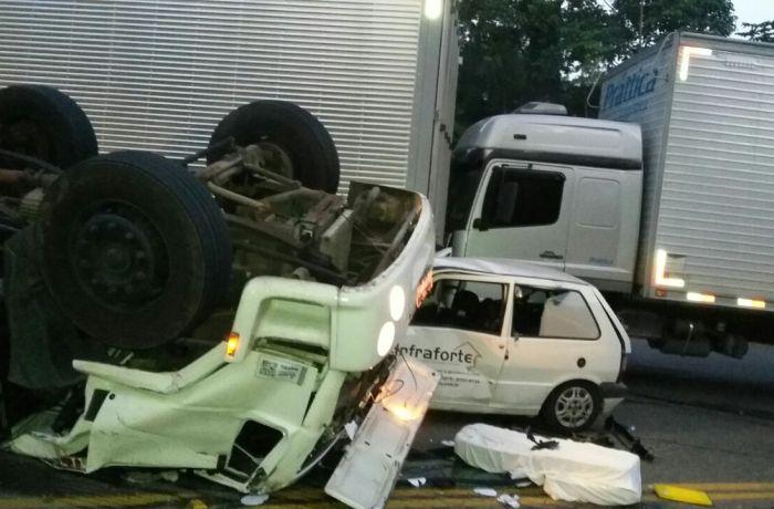Três caminhões e um carro se envolveram no acidente na BR-280 l Foto: Divulgação