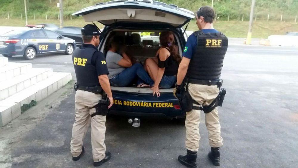 Um homem e três mulheres foram presos no início da noite de sábado(12) l Foto PRF/Divulgação