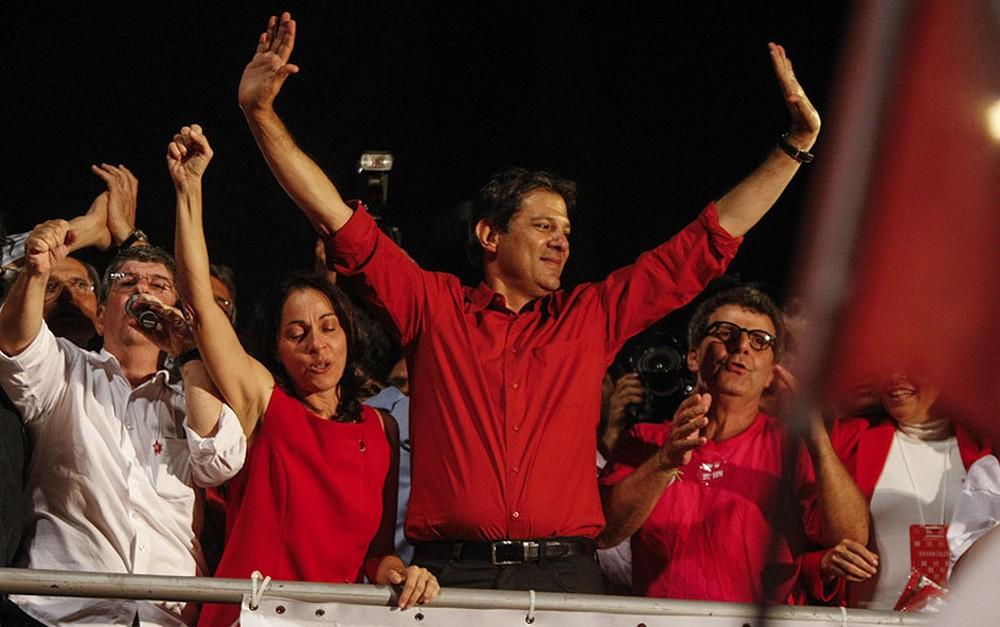 Fernando Haddad celebra a vitória ao lado de familiares e apoiadores na Avenida Paulista na campanha de 2012 (Foto: Vagner Campos/G1)