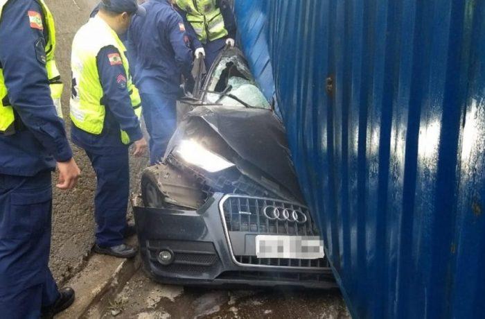 Veículo foi esmagado pela carreta na manhã desta quarta - Foto: Divulgação