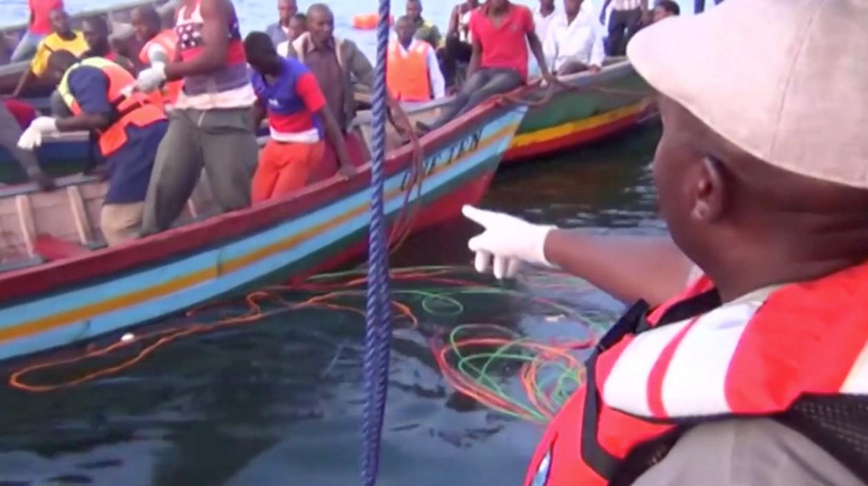 Imagem retirada de vídeo mostra socorristas no Lago Vitória onde balsa naufragou nesta quinta-feira (20) — Foto: Reuters TV/via Reuters