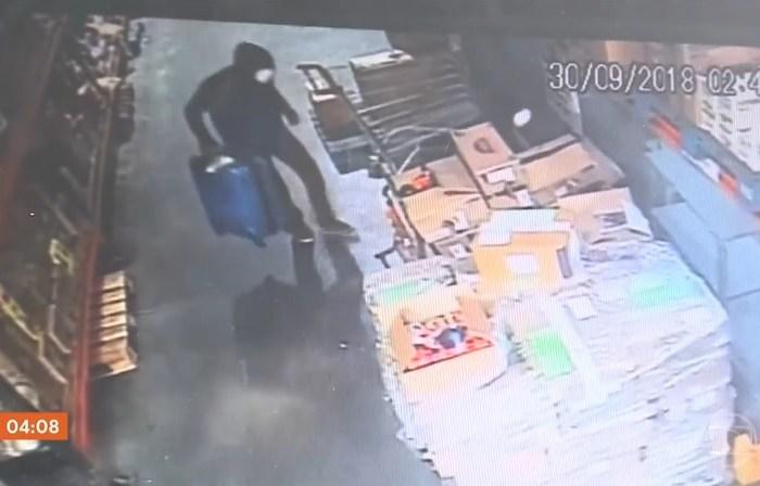 Câmeras de segurança flagraram a ação dos criminosos em Joinville  (Foto Hora 1/TV Globo/Reprodução)