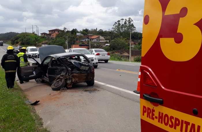 Dois carros se chocam na BR-280 em Guaramirim