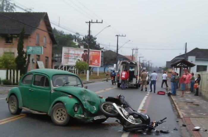 Motociclista é lançado a 10 metros em acidente em Schroeder