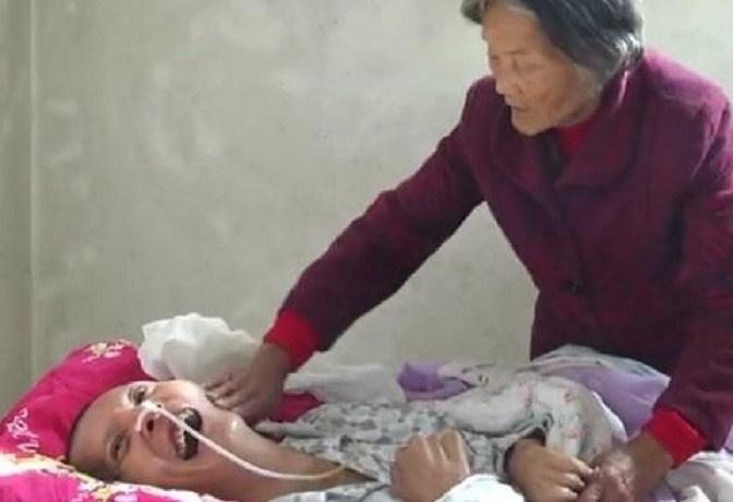 Após 12 anos de cuidados diários, mãe vê filho acordar de coma