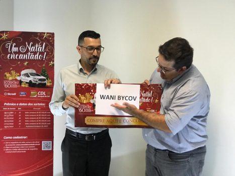 """Momento em que o nome ganhadora do automóvel da Campanha """"Um Natal Encantado"""" foi revelado (Foto: CDL/Divulgação)"""
