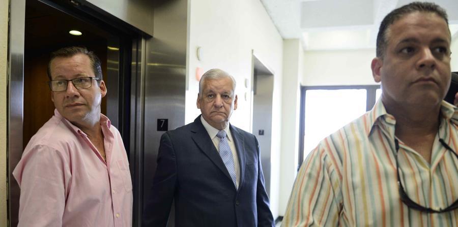 El exalcalde de Guaynabo, Héctor O'Neill, no emitió comentarios a su llegada al Tribunal de Primera Instancia de Bayamón junto a sus hijos Héctor y Mike O