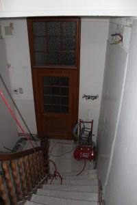 Pose du placoplâtre sur les murs de l'entrée du service