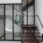 Cage d'escalier et mains courantes