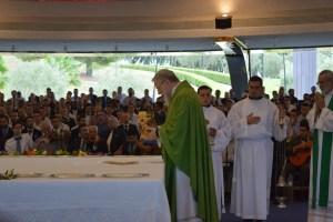 Le père Mario au moment de l'offertoire lors de la messe finale
