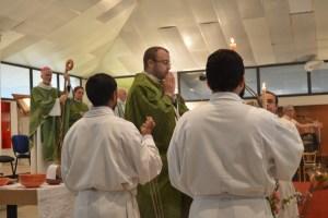 Le père Stefano proclame l'évangile
