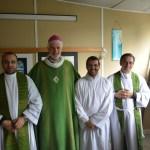 Monseigneur Blaquart entouré du père Stefano et de Giuseppe accompagné du père Thomas