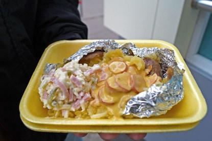 kartoszka, czyli pieczony w łupince ziemniak z masłem, serem i nadzieniem do wyboru