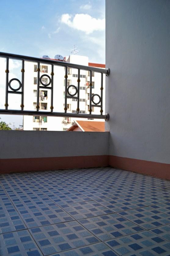 Balkon nie jest za duży, ale jest. A widok z balkonu..przynajmniej budynek obok stoi dalej niż 5m :)