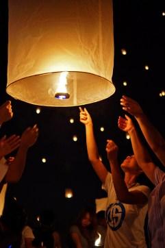 ...żeby w jednym momencie, kiedy lampion napełni się ciepłym powietrzem, puścić go ku niebu.