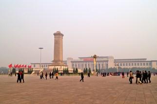 Pomnik Bohaterów Ludu, plac Tiananem...niestety tego dnia w całym mieście był bardzo gęsty smog, który ograniczał widoczność i powodował problemy z oddychaniem