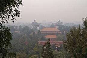 Centralnym punktem parku jest wzgórze, z którego widać prawie cały Pekin osnuty smogiem