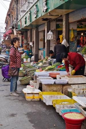 Ale Szanghaj to także codzienne życie, wystarczy odejść kawałek od centrum, żeby trafić na uliczne sklepy i stragany.