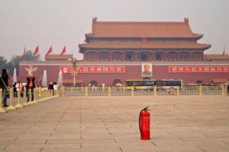 Plac Tiananmen, widok na Bramę Tiananmen...a to na środku, to na wypdek, gdyby sytuacja polityczna za bardzo się zaogniła ;)