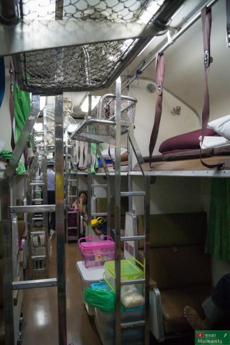 Wagon sypialny drugiej klasy w środku. Tutaj łóżka były tylko wzdłuż korytarza, inaczej, niż w Transsibie.
