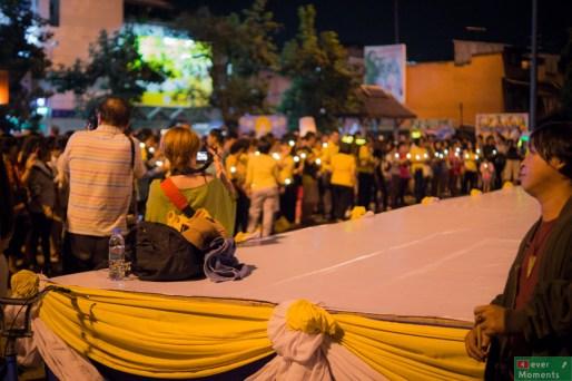Pod bramą Thapae zebrał sie spory tłum...
