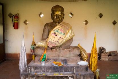 Posąg Buddy na terenie Złotej Pagody