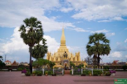 Złota Pagoda, symbol Loasu, a przed nią Pomnik Króla Sethathiratha