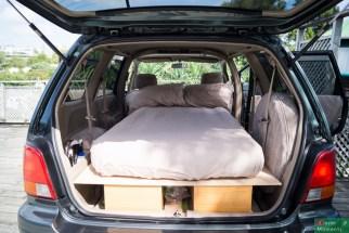 ...który tworzył całkiem przytulne łóżko na 4 kołach...