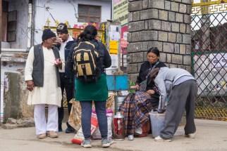 Kobieta sprzedająca Momo, tybetańskie pierożki