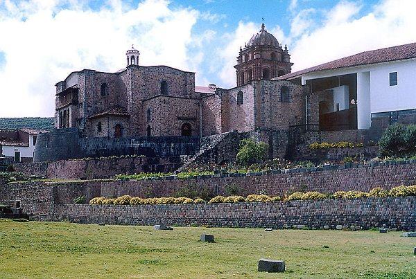 Convento de Santo Domingo de Cuzco, asentado sobre los cimientos, aún visibles, del Palacio de Viracocha