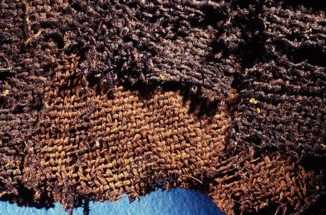 Textil funerario del Neolítico tardío en Egipto impregnado con resinas artificiales. Crédito: Universidad de York